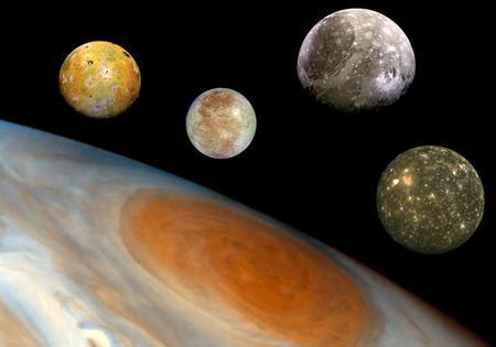 Jowisz i największe księżyce: od prawej strony Io, Ganimedes, Europa oraz Callisto.