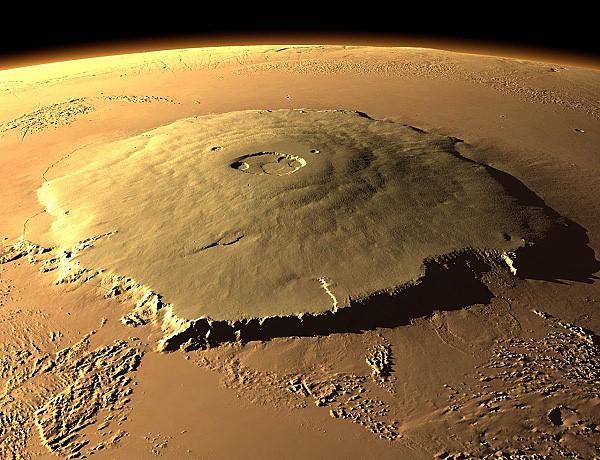 Olympus Mons - najwyższy szczyt Marsa i najprawdopodobniej najwyższe wzniesienie w całym Układzie Słonecznym. Ma 25 km wysokości, 550 km średnicy przy podstawie i ok. 60 km średnicy szczytowego krateru.
