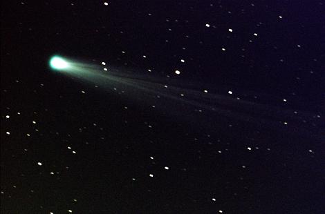 kometa widoczna na niebie