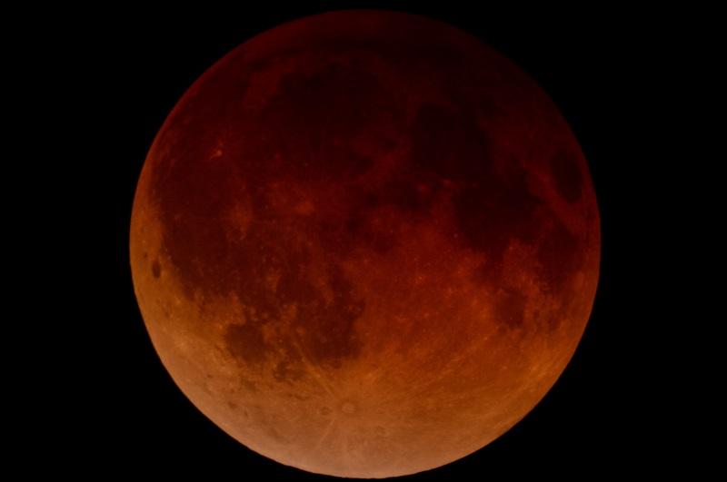 """Zaćmienie Księżyca w całej okazałości. Ze względu na kolor określa się go mianem """"Krwawego Księżyca"""" lub """"Czerwonego Księżyca"""" (przy zaćmieniu całkowitym). Najbliższe zaćmienie całkowite Księżyca - już 28 września 2015 roku."""