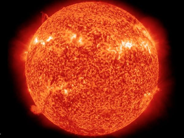 Fotografia Słońca wykonana 6 kwietnia 2011. Zdjęcie wykonane przy dużym przybliżeniu dzięki zastosowaniu technologii 304 Angstrom Light.