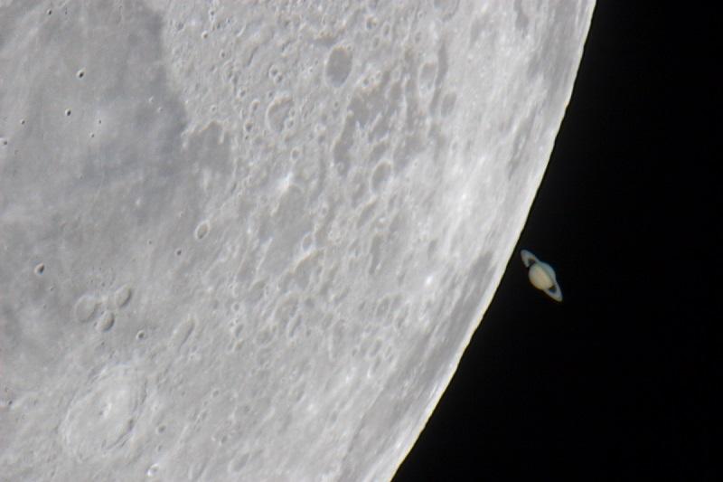 Okultacja planety Saturn przez Księżyc. Fotografia: apod.nasa.gov.