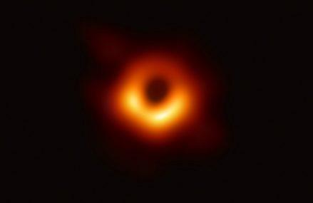 Pierwsze zdjęcie cienia czarnej dziury