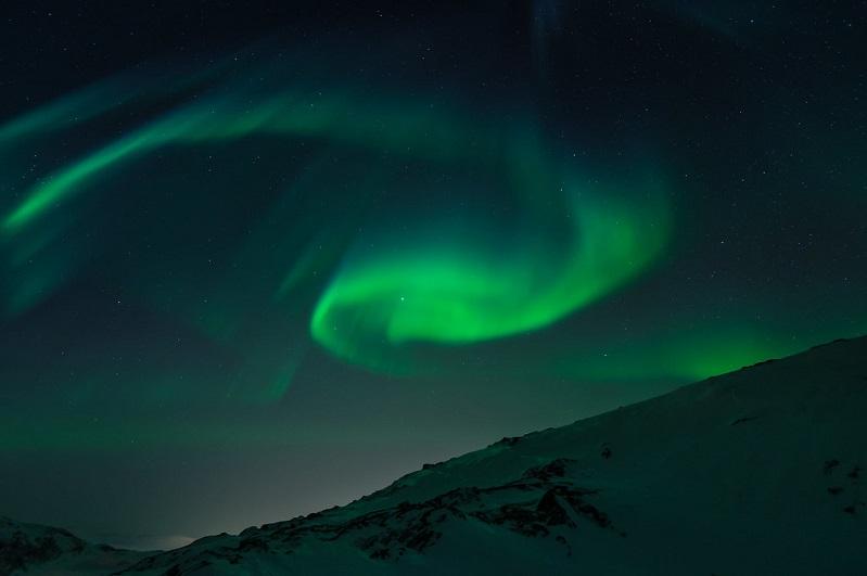 efekt zorzy polarnej na tle góry