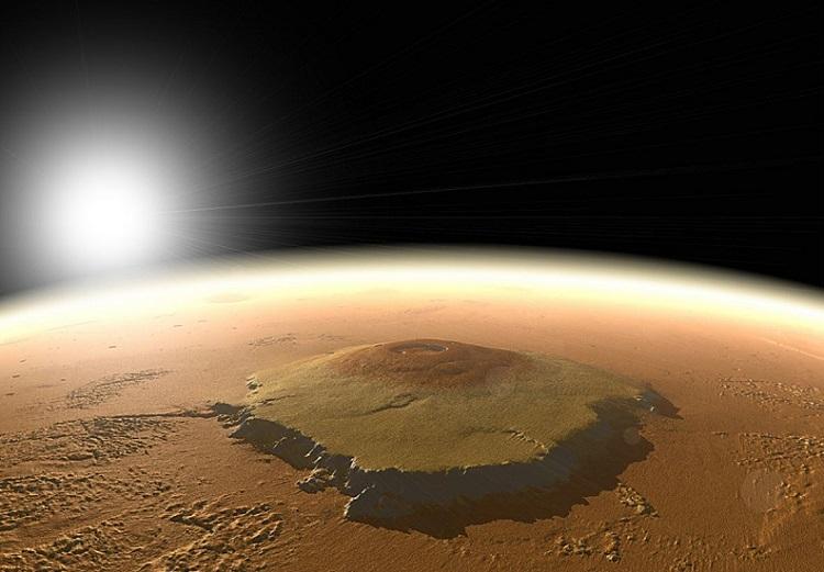 Olympus Mons na Marsie, największe gabarytowo wzniesienie (ale nie najwyższe) w Układzie Słonecznym, wbijające się prawie 22 km ponad powierzchnię Czerwonej Planety i mające średnicę u podstawy ponad 600 km. Fotografia: space.com.