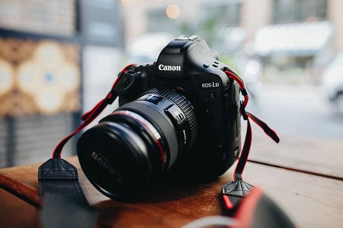 aparat cyfrowy Canon EOS-1D, lustrzanka z 2-calowym ekranem LCD