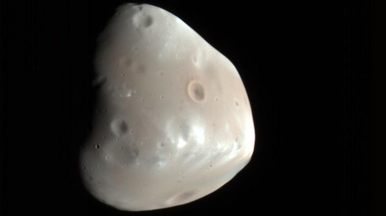 Drugi, mniejszy księżyc Marsa - Deimos. Fotografia: busy.org.