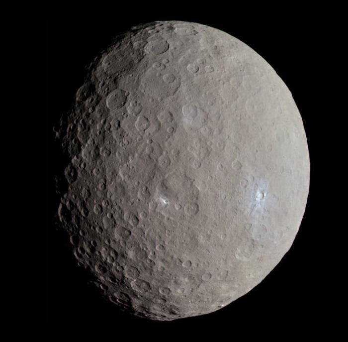planeta karłowata Ceres, z widocznymi licznymi kraterami na powierzchni