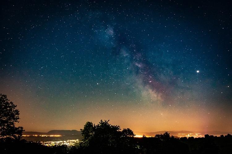 zdjęcie nocnego nieba, z widoczną Drogą Mleczną