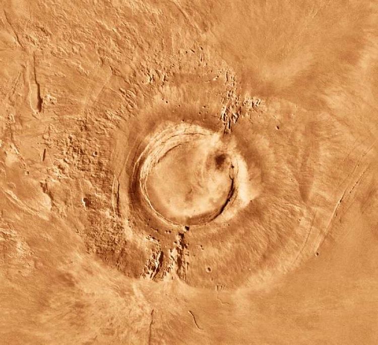 Arsia Mons w rejonie Tharsis, z wysokością dochodzącą do prawie 18 km. Fotografia: solarviews.com.
