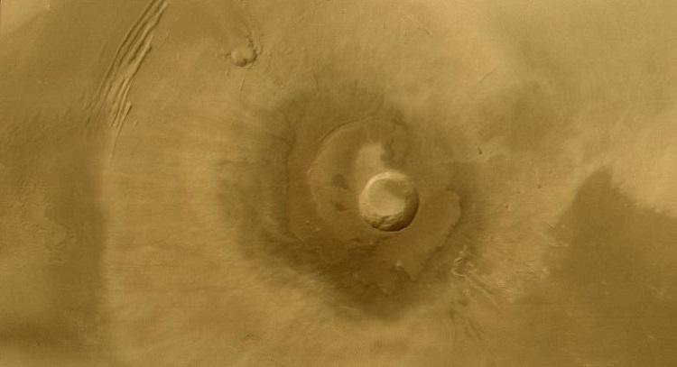 Pavonis Mons - wygasły wulkan, znajdujący się między kraterami Arsia Mons a Ascraeus Mons, w regionie Tharsis. Fotografia: marspedia.org.