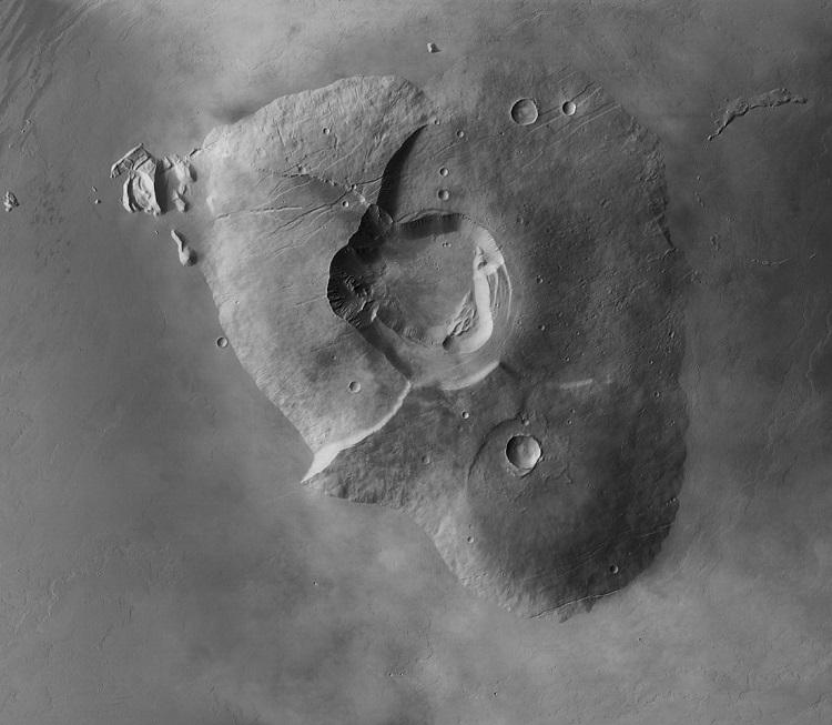 Tharsis Tholus, krater położony na obrzeżach regionu Tharsis. Fotografia: esa.int.
