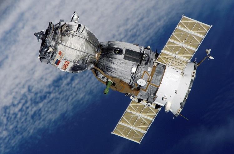 mały rosyjski satelita z pojazdem kosmicznym Sojuz