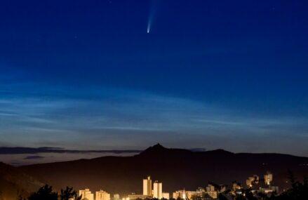 Kometa Neowise widoczna gołym okiem na bezchmurnym niebie