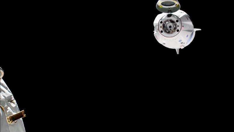 kapsuła Crew Dragon 2, oddalająca się od Międzynarodowej Stacji Kosmicznej