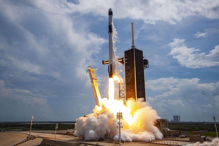 Start rakiety Falcon 9 z Cape Canaveral na Florydzie. Fotografia: hearstapps.com.
