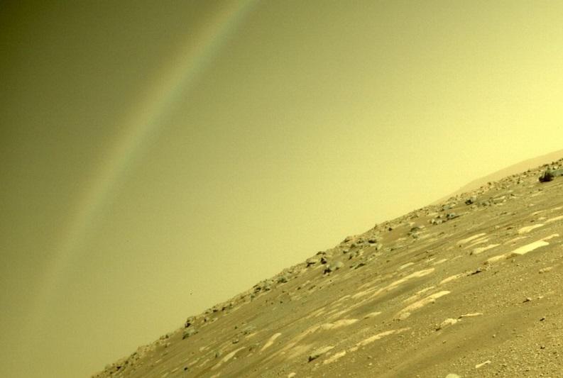 Fotografia przedstawiająca tęczę na Marsie, wykonana przez kamerę hazcam umieszczoną na łaziku Perseverance. Źródło: NASA.gov.