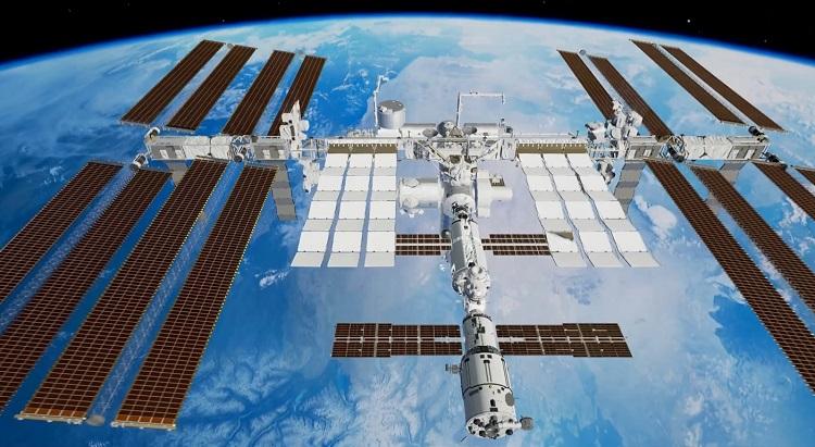 Międzynarodowa Stacja Kosmiczna (ISS) w przestrzeni kosmicznej. Co czeka stację w związku z coraz większą liczbą usterek oraz pęknięć?